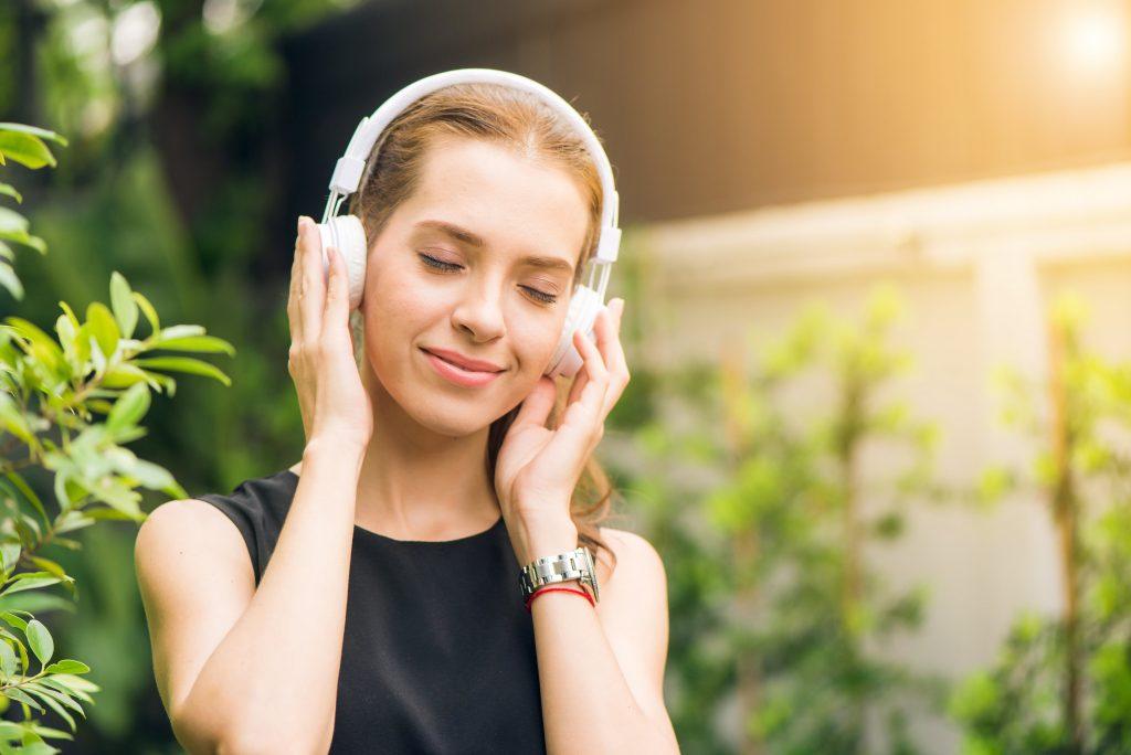 Woman_wearing_headphones